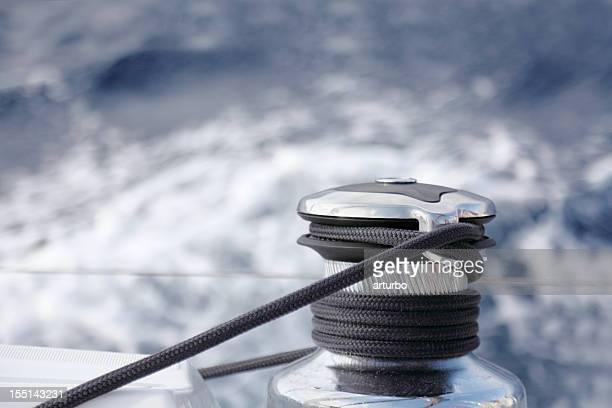 Segelboot yacht Seil und Seilwinde gegen Blau Weißen Meer