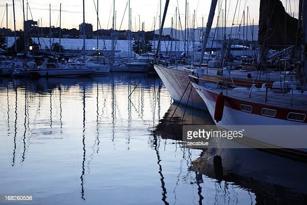 Voile sur un yacht à tard le soir