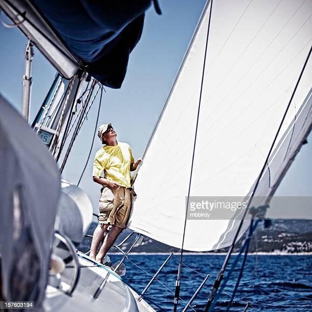 Sailor vérifiant foresail sur sailingship