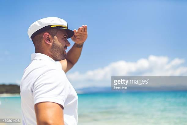 セーラー男性のビーチ - セーラーハット ストックフォトと画像