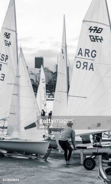 sailor tirant ses 470 dériveur bateau de l'eau - voilier noir et blanc photos et images de collection