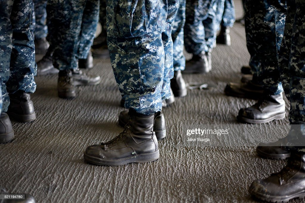 Sailors lining-up on the USS Carl Vinson : Stock Photo