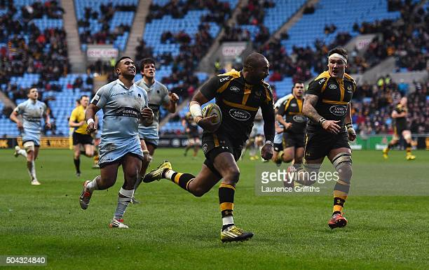 Sailosi Tagicakibaua of Wasps scores a late try during the Aviva Premiership match between Wasps and Worcester Warriors at Ricoh Arena on January 10...