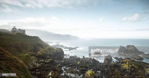 saint abbs coastline with cottage on cliff - costa caratteristica costiera foto e immagini stock