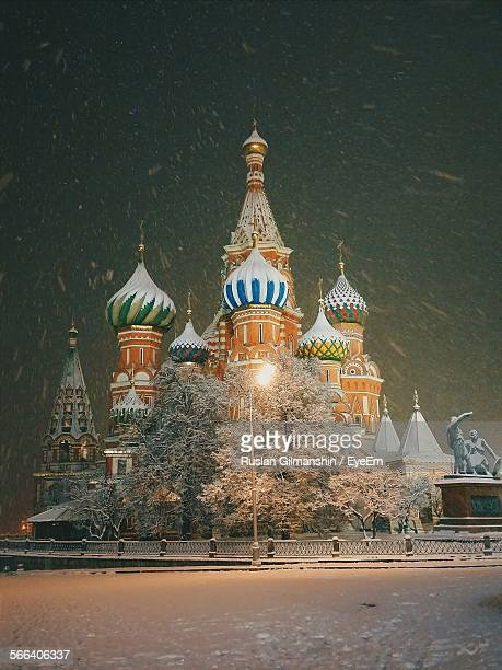 saint basil cathedral at night while snowing in red square - moscou photos et images de collection