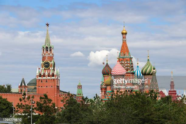 saint basil's cathedral and the moscow kremlin on a cloudy day - state kremlin palace stock pictures, royalty-free photos & images