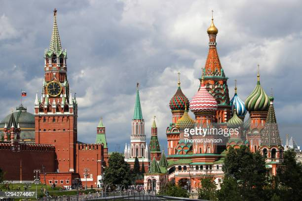 saint basil's cathedral and the moscow kremlin with dark clouds approaching - state kremlin palace stock pictures, royalty-free photos & images