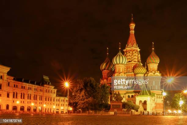 saint basil's cathedral at red square in moscow at night. - denkmal stock-fotos und bilder