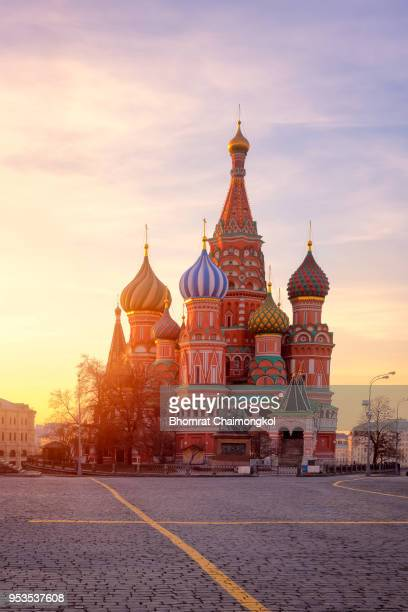saint basil's cathedral during sunrise at red square in moscow,russia. - rusia fotografías e imágenes de stock