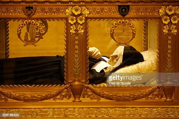 saint bernadette soubirous' cristal coffin - bernadette soubirous fotografías e imágenes de stock