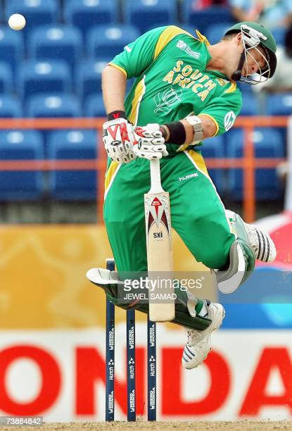 Saint George's, GRENADA: South African batsman Jacques Kallis streteches in the as he avoids a bouncer off New Zealand's bowler Daniel Vettori during...