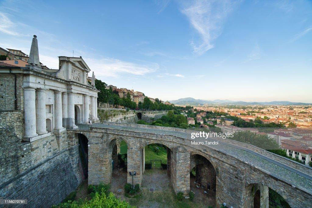 "Saint James Door ""Porta San Giacomo"", Bergamo, Italy : Foto stock"