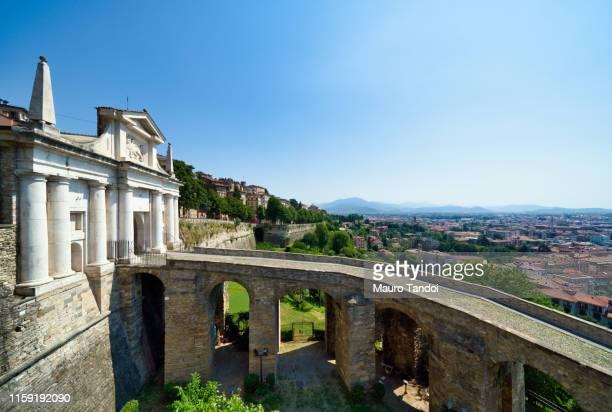 """saint james door """"porta san giacomo"""", bergamo, italy - mauro tandoi photos et images de collection"""