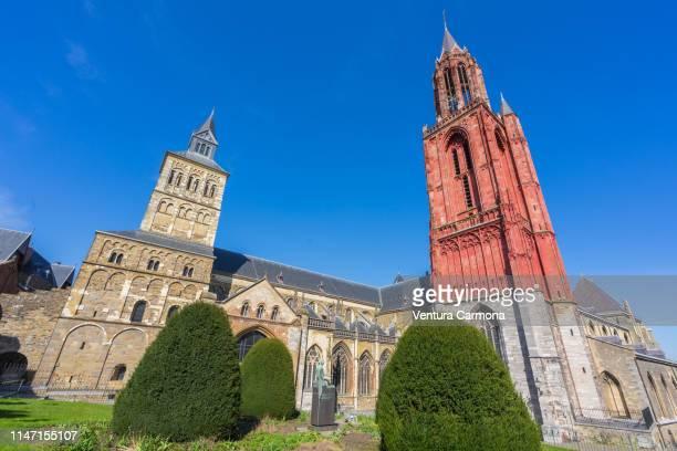 saint john's church (right) and saint servatius basilica (maastricht, the netherlands) - オランダ リンブルフ州 ストックフォトと画像