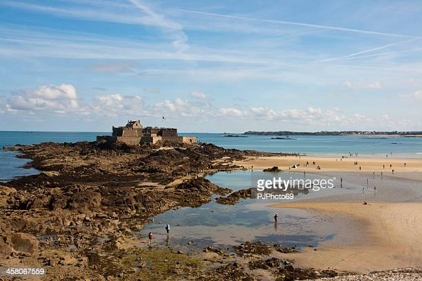 saint malo - fortress fort national at low tide - pjphoto69 個照片及圖片檔