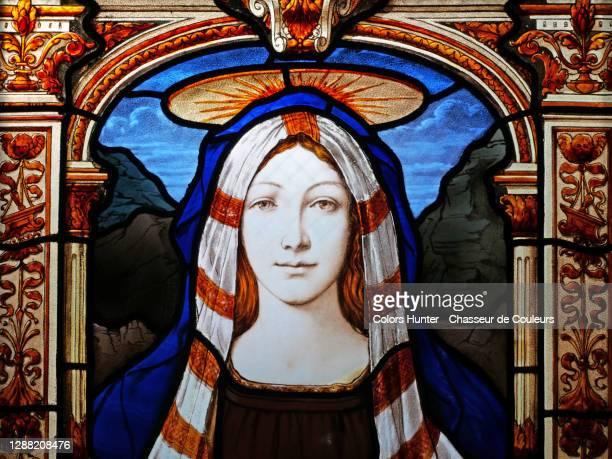 saint mary veiled and crowned on an abandoned stained glass window - coroa enfeite para cabeça - fotografias e filmes do acervo
