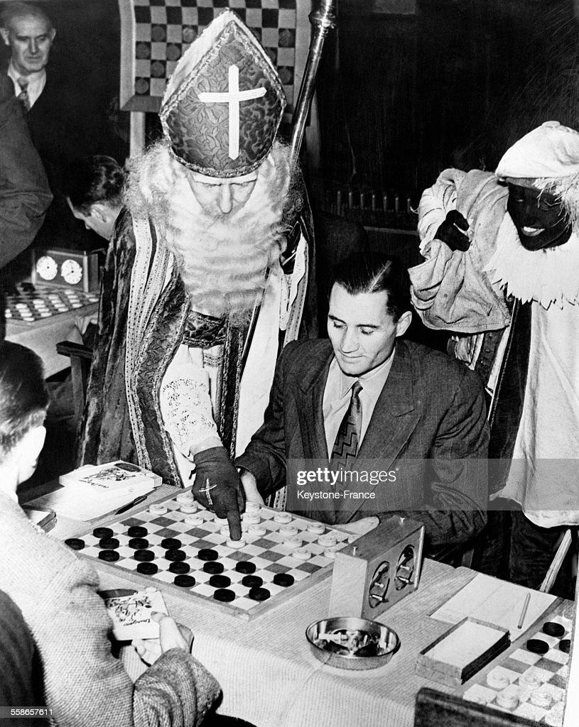Saint Nicolas à un tournoi de dames : News Photo