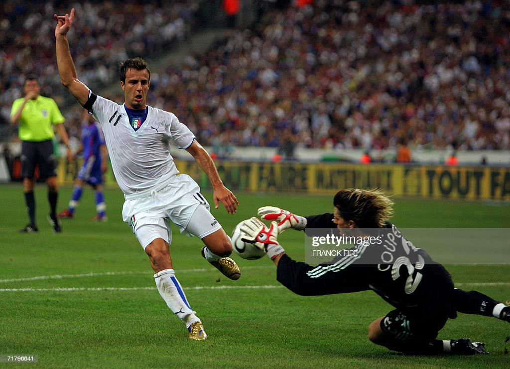 French goalkeeper Gregory Coupet (R) catches the ball in front of Italian forward Alberto Gilardino during the 2008 UEFA European Cup Group B qualifying match against Italy, 06 September 2006 at the Stade de France in Saint-Denis, north Paris.