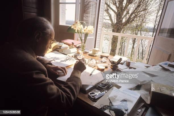SaintDenisdeL'Hôtel France mai 1969 Maurice GENEVOIX 78 ans secrétaire perpétuel de l'Académie française chez lui dans sa maison du hameau des...