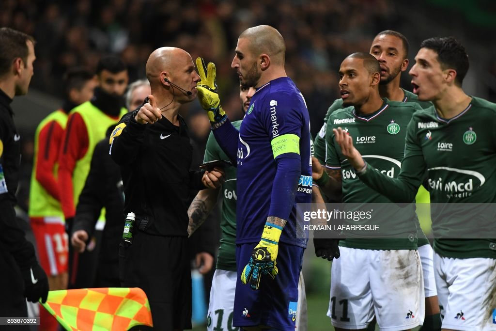 TOPSHOT - Saint-Etienne's French goalkeeper Stephane Ruffier (C) protests against French referee Amaury Delerue (L) during the French L1 football match between Saint-Etienne (ASSE) and Monaco (ASM) on December 15, 2017, at the Geoffroy Guichard stadium in Saint-Etienne, central-eastern France. /