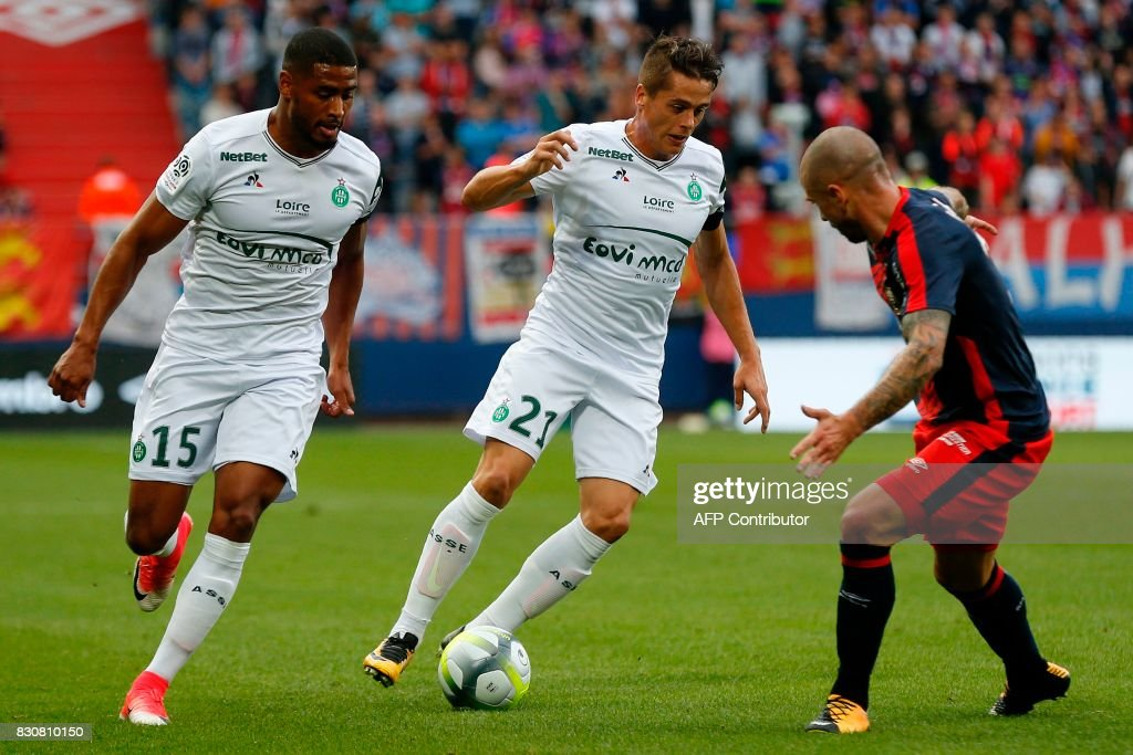 Saint-Etienne's French midfielder Romain Hamouma (C) drives the ball during the French L1 football match between Caen (SMC) and Saint-Etienne (ASSE) on August 12, 2017, at the Michel d'Ornano stadium, in Caen, northwestern France. /