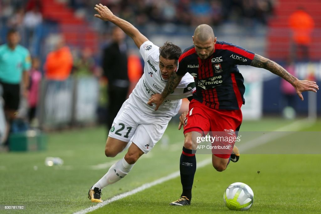 Saint-Etienne's French midfielder Romain Hamouma (L) vies with Caen's French midfielder Vincent Bessat (R) during the French L1 football match between Caen (SMC) and Saint-Etienne (ASSE) on August 12, 2017, at the Michel d'Ornano stadium, in Caen, northwestern France. /