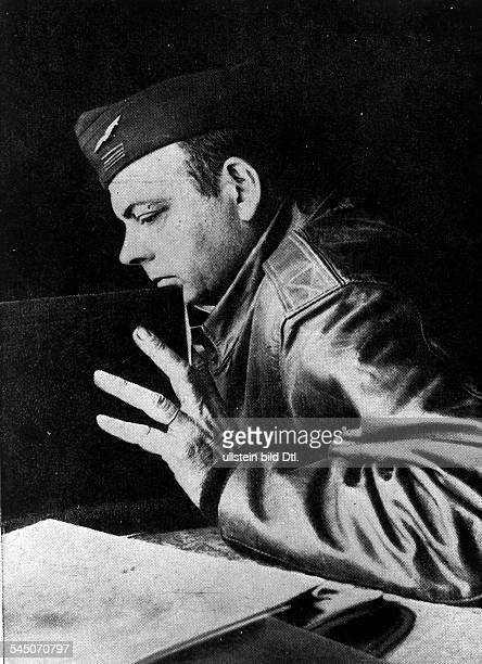 SaintExupery Antoine de* Schriftsteller Pilot Frankreich Portrait in FliegeruniformFoto John Phillips Ende Mai 1944 Alghero/Sizilien