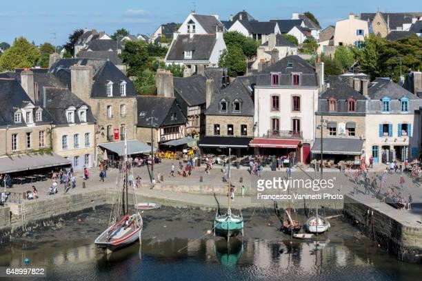 saint-goustan port with low tide. - golfe du morbihan photos et images de collection