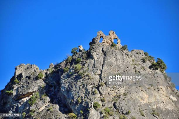 saint-guilhem-le-désert, the ruins of the giant, the giant castle, elements of fortification and defense of the town - hérault stock pictures, royalty-free photos & images