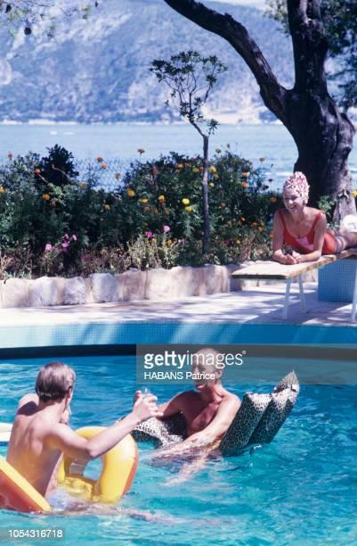 Saint-Jean-Cap-Ferrat, France, août 1963 --- L'acteur David NIVEN en vacances en famille dans la plus belle villa de la Côte, se baignant dans la...