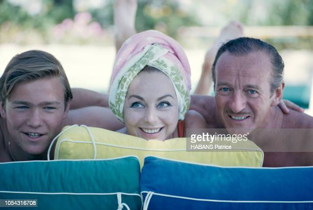 Saint-Jean-Cap-Ferrat, France, aout 1963 --- L'acteur David NIVEN en vacances en famille dans la plus belle villa de la Côte, posant au bord de la...