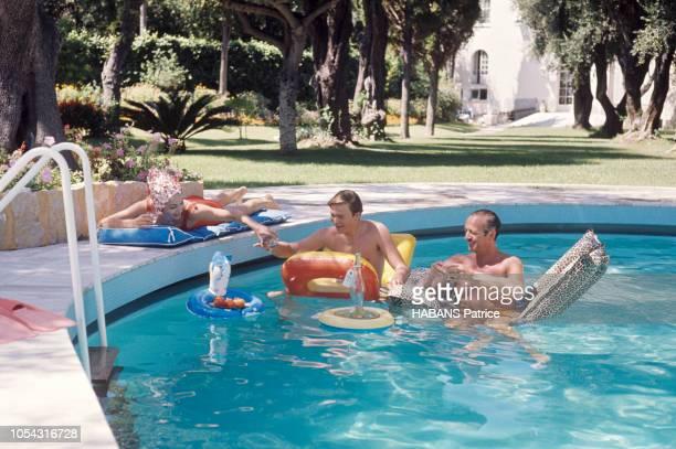 Saint-Jean-Cap-Ferrat, France, aout 1963 --- L'acteur David NIVEN en vacances en famille dans la plus belle villa de la Côte, se baignant dans la...