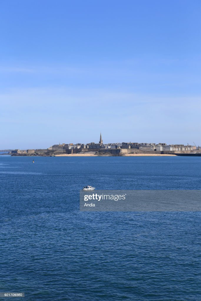 Saint-Malo (Brittany, north-western France): the city viewed from the Robert Surcouf Promenade in Dinard.