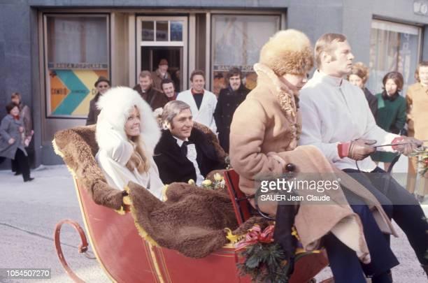 SaintMoritz Suisse 28 novembre 1969 Gunther SACHS épouse Mirja LARSSON un mannequin suédois à la mairie de SaintMoritz Ici les mariés souriant assis...