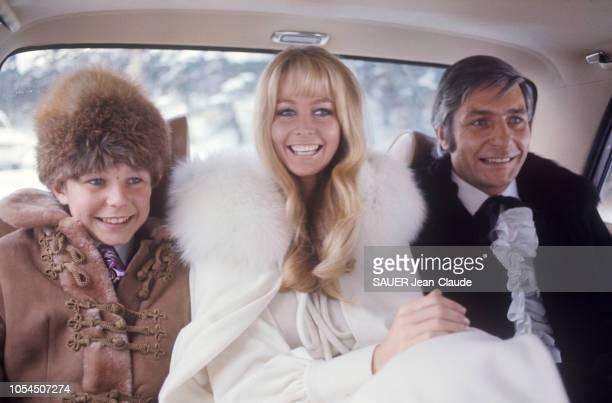 SaintMoritz Suisse 28 novembre 1969 Gunther SACHS épouse Mirja LARSSON un mannequin suédois à la mairie de SaintMoritz Ici l'homme d'affaires et son...