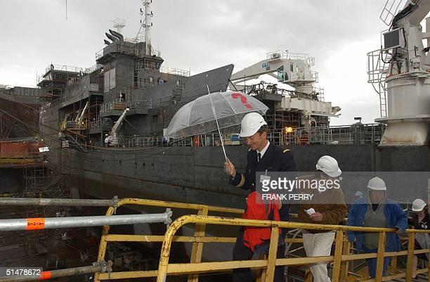 Un officier de la Marine Nationale emprunte le 14 Octobre 2004 la passerelle du 'Pourquoi pas' nouveau batiment de l'IFREMER construit par les...