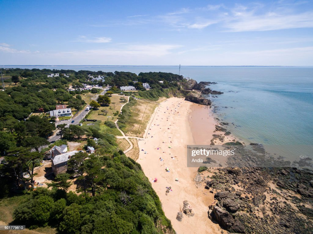 Les Jaunais Beach along the coasts of Saint-Nazaire with the 'pointe de Chemoulin' headland in the background.