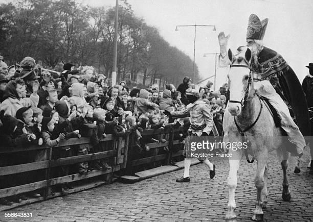 SaintNicolas sur son cheval fait son entree accompagne de son fidele serviteur noir Nicodeme le 5 decembre a Rotterdam PaysBas