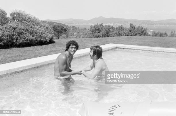 SaintTropez France 16 août 1978 Enrico MACIAS a invité Serge LAMA en tournée sur la Côte à faire trempette dans sa piscine dans sa maison Les Acacias...