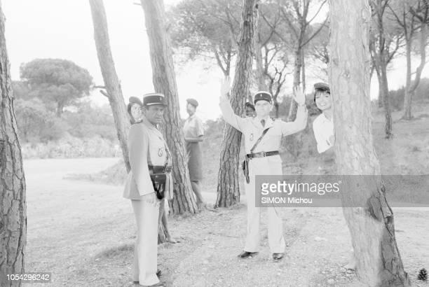 SaintTropez France avril 1982 Louis DE FUNES et Michel GALABRU tous deux en tenue de gendarme sur le tournage du film Le gendarme et les gendarmettes...