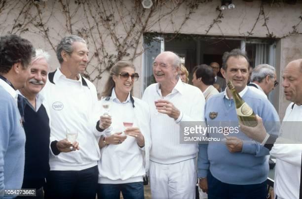 SaintTropez France Avril 1983 Baptême du nouveau champagne 'Le Perlant Impérial' de la maison Moët et Chandon chez Eddie BARCLAY en présence de...