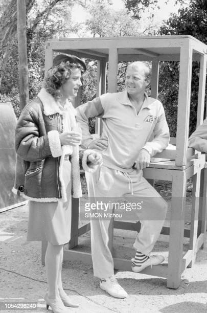 SaintTropez France avrilmai 1982 Le tournage du film Le gendarme et les gendarmettes de Jean Girault Ici Babeth ETIENNEHALLYDAY qui joue une...
