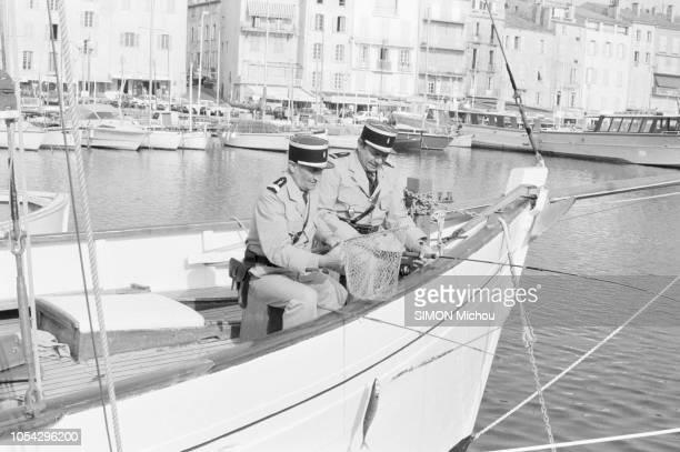 SaintTropez France mai 1982 Louis DE FUNES et Michel GALABRU tous deux en tenue de gendarme sur le tournage du film Le gendarme et les gendarmettes...