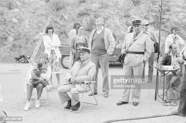 SaintTropez France mai 1982 Louis DE FUNES sur le tournage du film Le gendarme et les gendarmettes de Jean Girault Ici avec son épouse Jeanne et leur...
