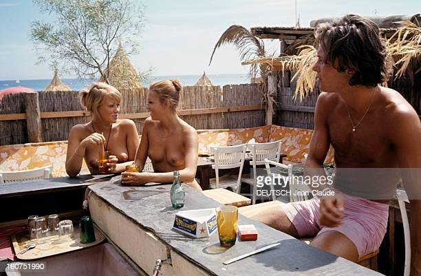 Sainttropez The Topless Peninsula SaintTropez août 1970 Au comptoir du bar de la plage de la Voile Rouge à Pampelonne deux femmes aux seins nus...