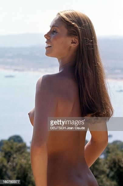 Sainttropez The Topless Peninsula SaintTropez août 1970 Portrait en extérieur de Béatrice BARCLAY souriante posant seins nus