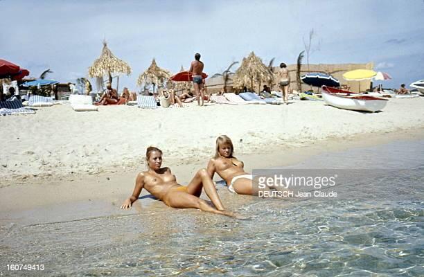 Sainttropez The Topless Peninsula SaintTropez août 1970 Sur la plage de la Voile Rouge à Pampelonne allongées sur le rivage deux femmes aux seins nus...
