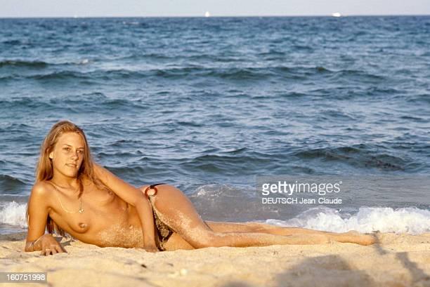Sainttropez The Topless Peninsula SaintTropez août 1970 Sur la plage de la Voile Rouge à Pampelonne Hecate GOULD les seins nus allongée dos à la mer