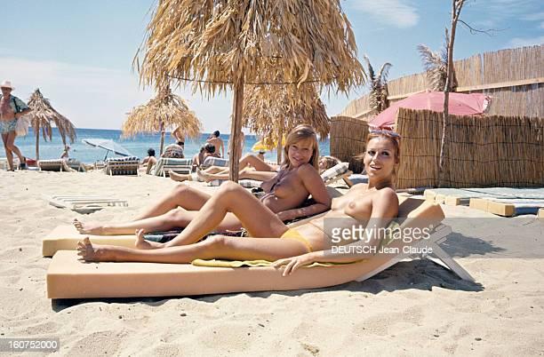 Sainttropez The Topless Peninsula SaintTropez août 1970 Sur la plage de la Voile Rouge à Pampelonne deux femmes aux seins nus allongées sur des...