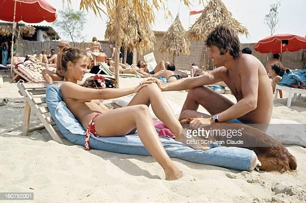 Sainttropez The Topless Peninsula SaintTropez août 1970 Sur la plage de la Voile Rouge à Pampelonne assis sur un matelats en compagnie d'un chien une...